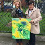 Mama i siostra Marty z obrazem namalowanym przez Martę